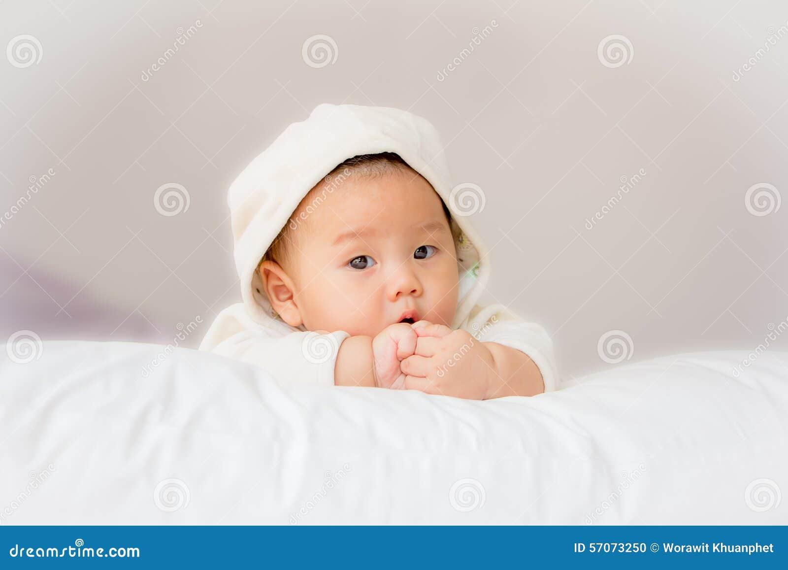 Portret van aanbiddelijke baby op het bed in mijn ruimte