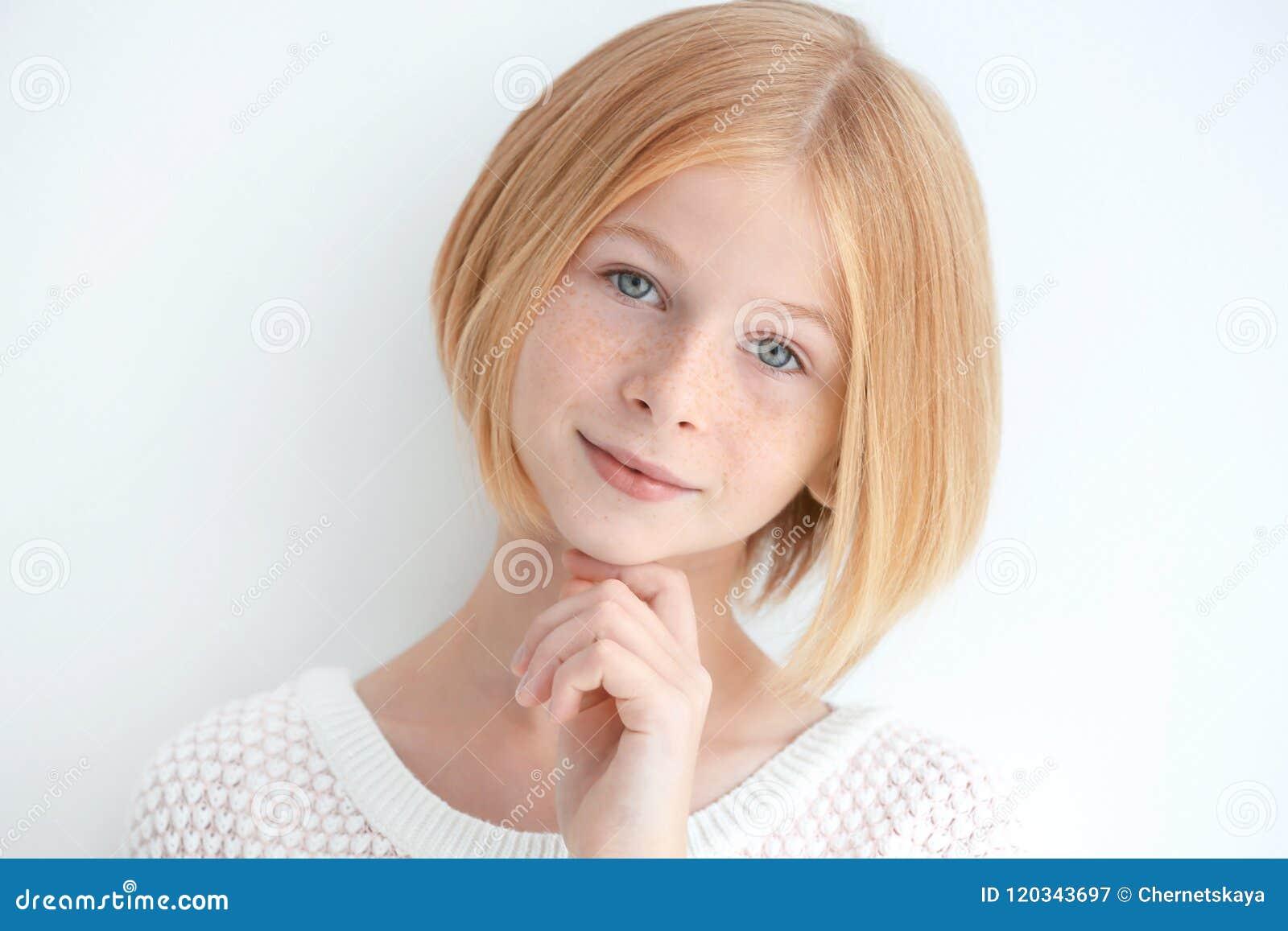 Portret van aantrekkelijk die tienermeisje met sproeten, op wit wordt geïsoleerd