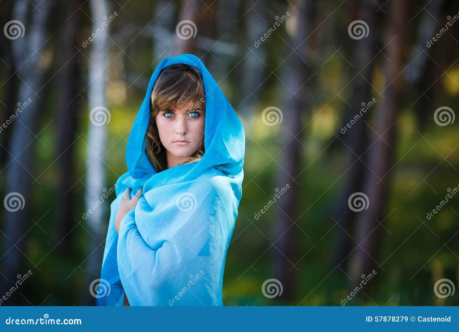 Portret van aantrekkelijk jong meisje in Sari