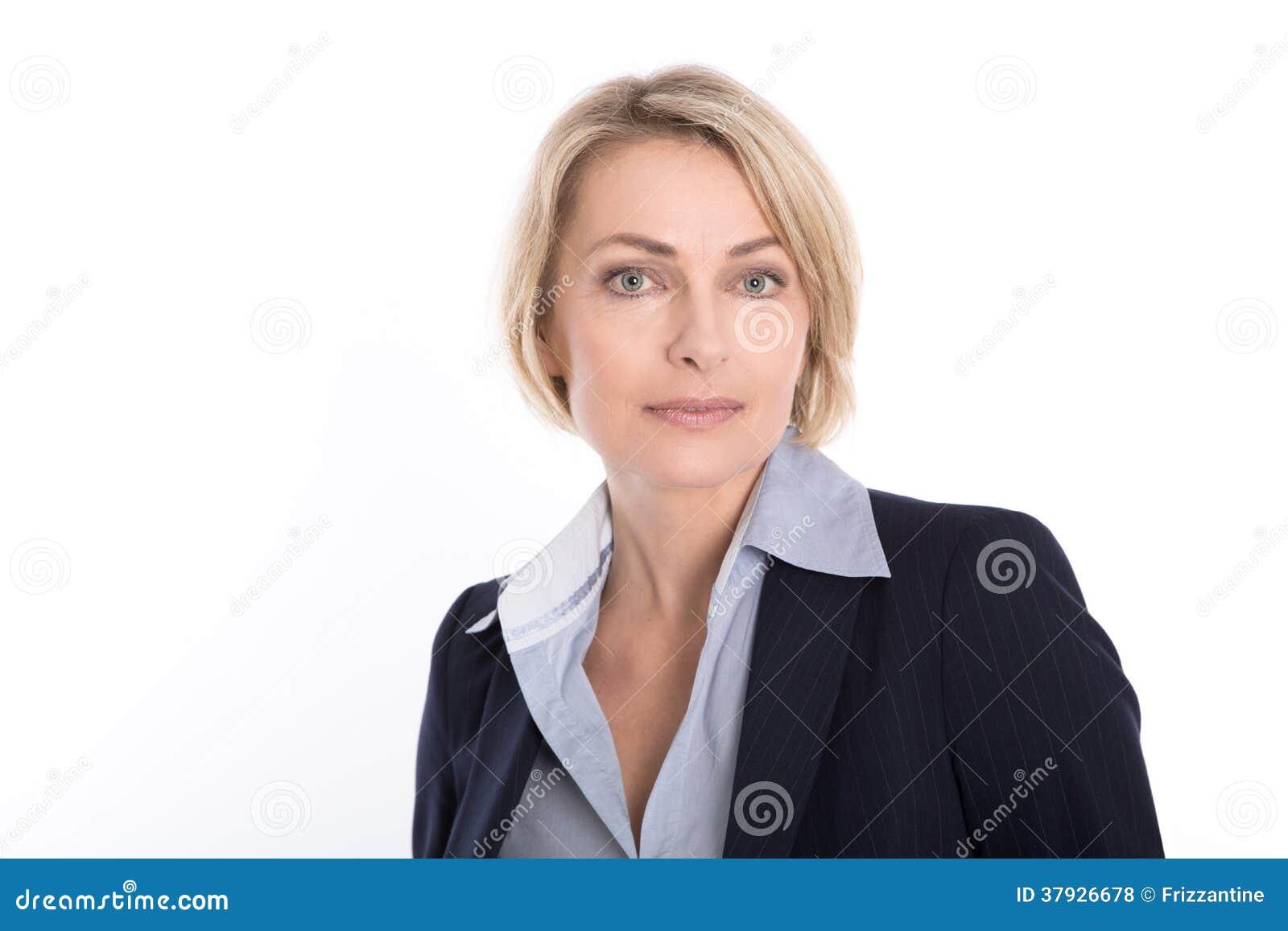 Portret van aantrekkelijke blonde rijpe die onderneemster op wh wordt geïsoleerd