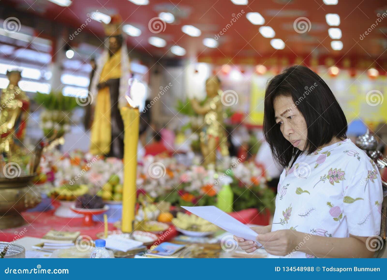 Portret van Aziatische vrouwen die de heilige delen van Boeddhisme worshiping