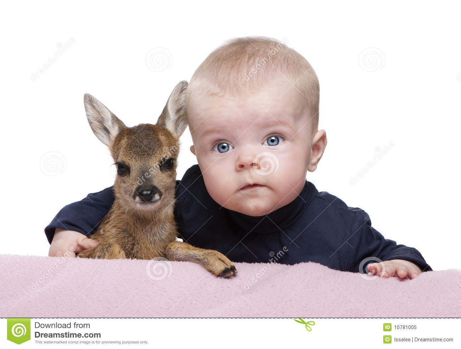 Portret van babyjongen met Damherten Fawn