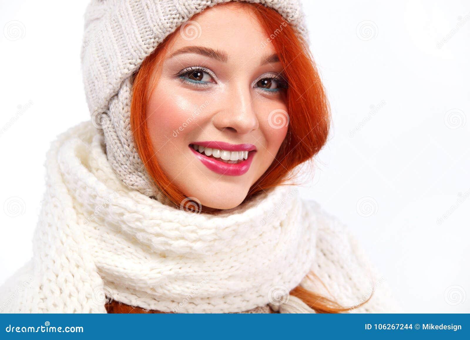 Portret van beautyful roodharige gelukkige vrouw op witte achtergrond met exemplaarruimte Het concept van Kerstmis en van het Nie