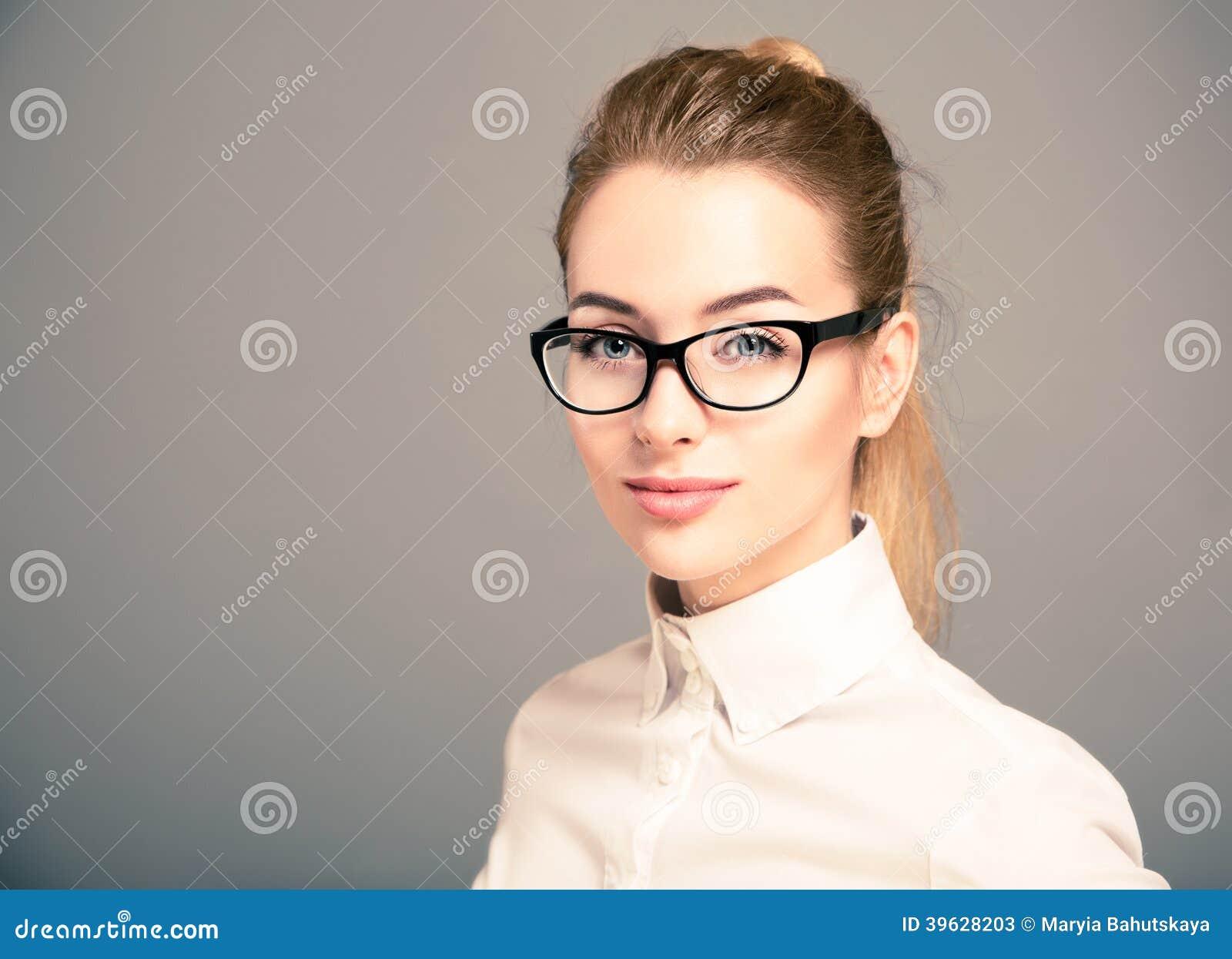 Portret van Bedrijfsvrouw die Glazen dragen