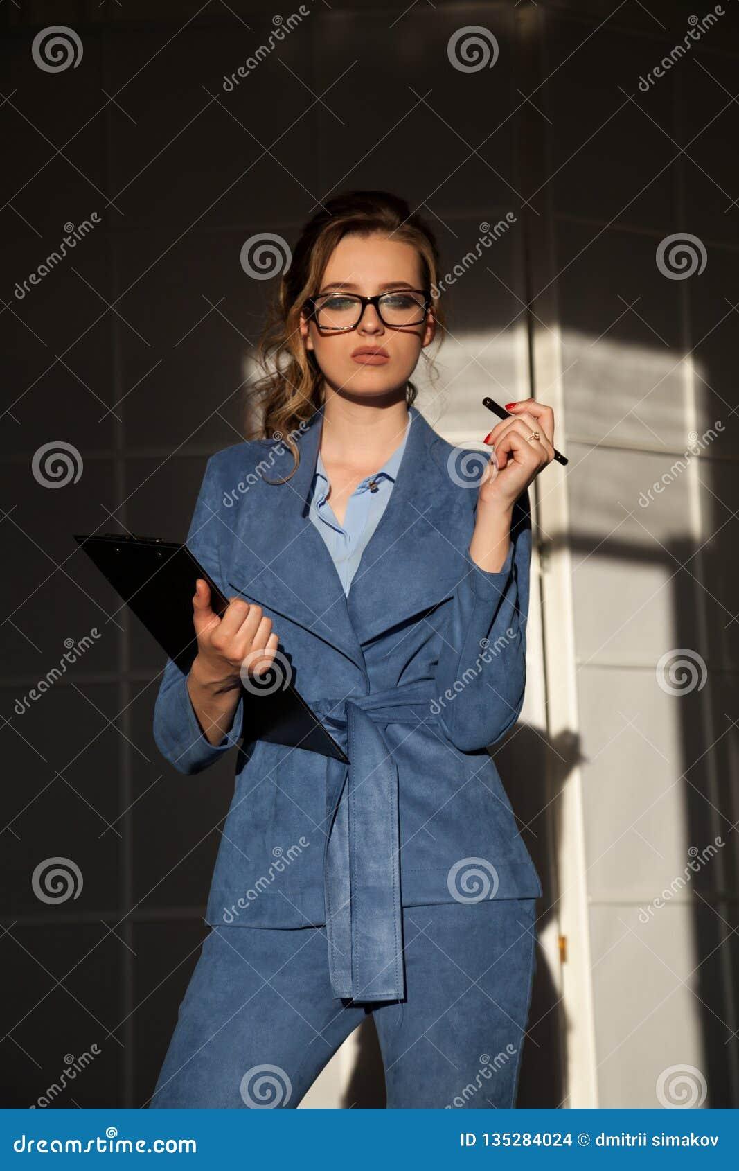 Portret van bedrijfsvrouw in het werkbesprekingen van het pakbureau
