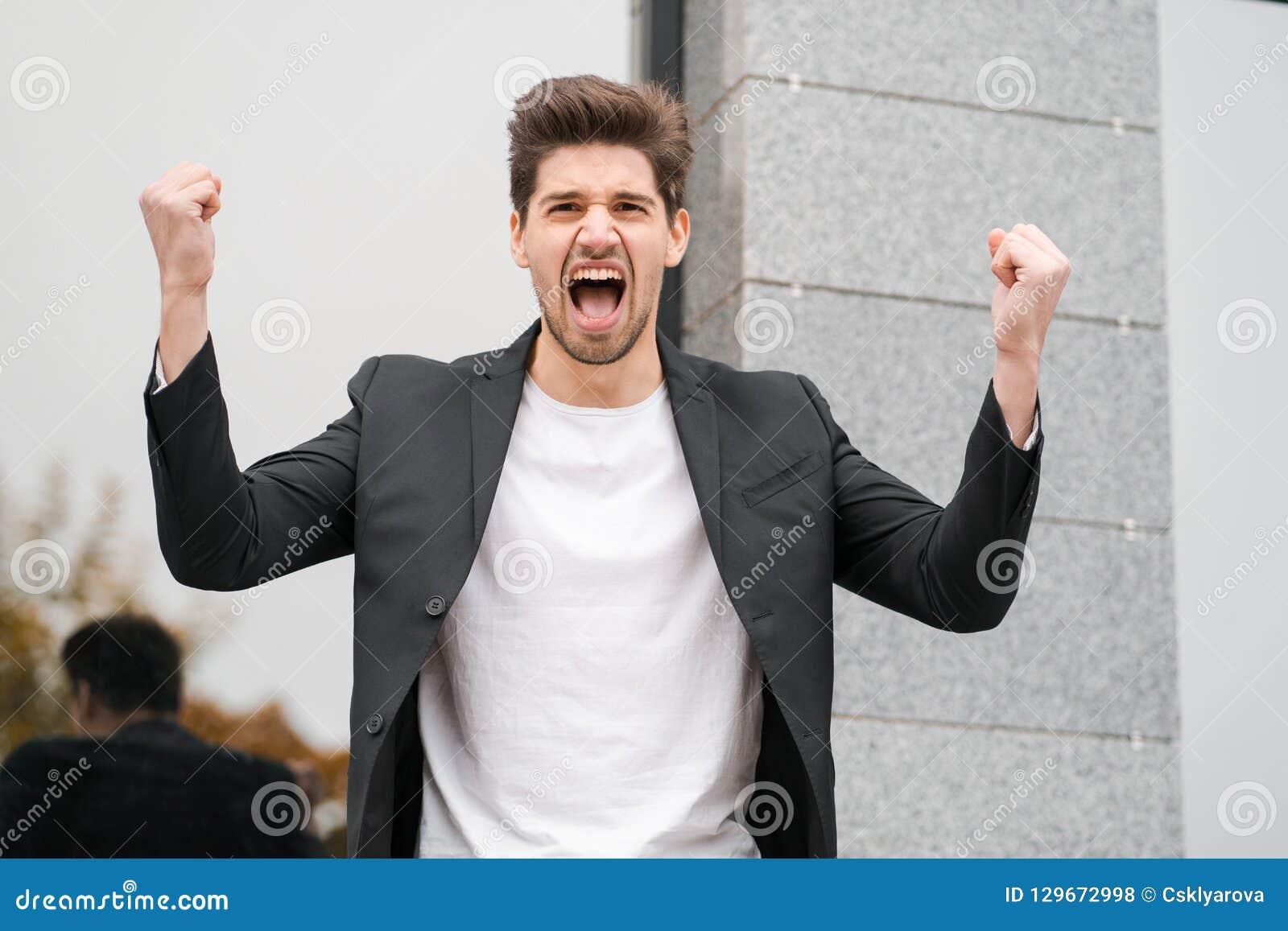 Portret van boze woedende zakenman, die zenuwinstorting hebben bij werk, die in woede, geestelijk spanningsbeheer het gillen,