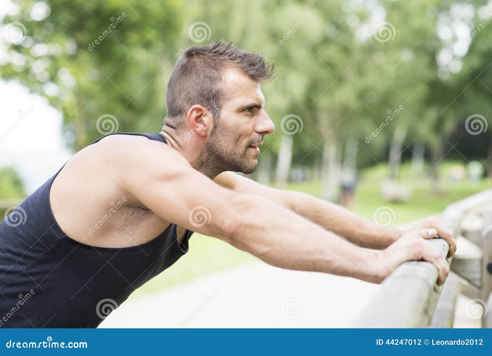 Portret van de atletische mens die opdrukoefeningen doen, openlucht