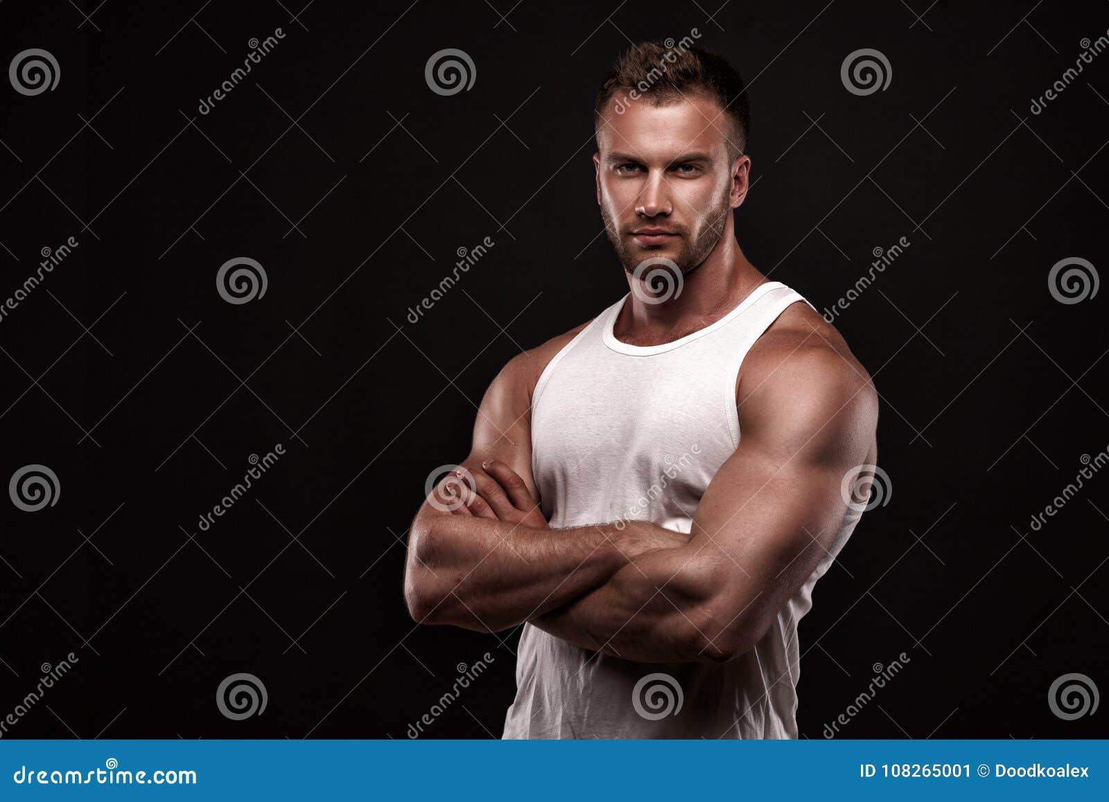 Portret van de atletische mens in wit onderhemd