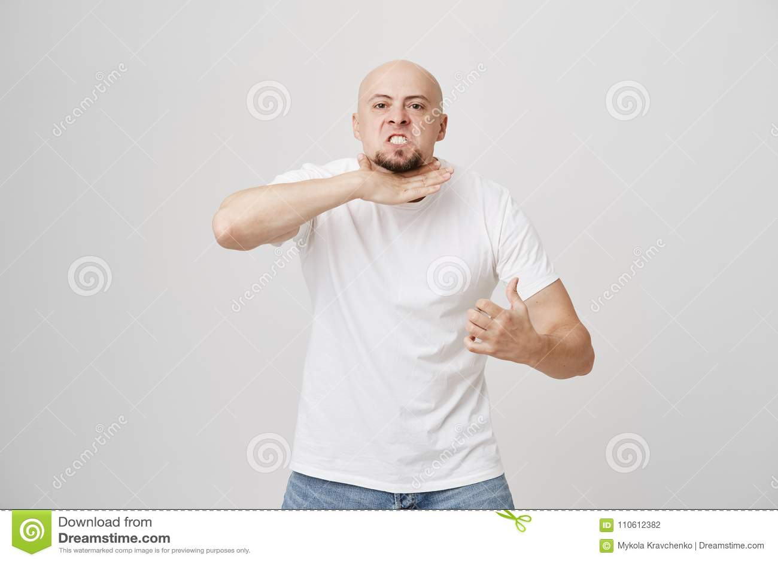 Portret van de boze geërgerde kale mens met baard die alsof scherpe hals aantonen gesturing, die dat hij omhoog wordt gevoed en,