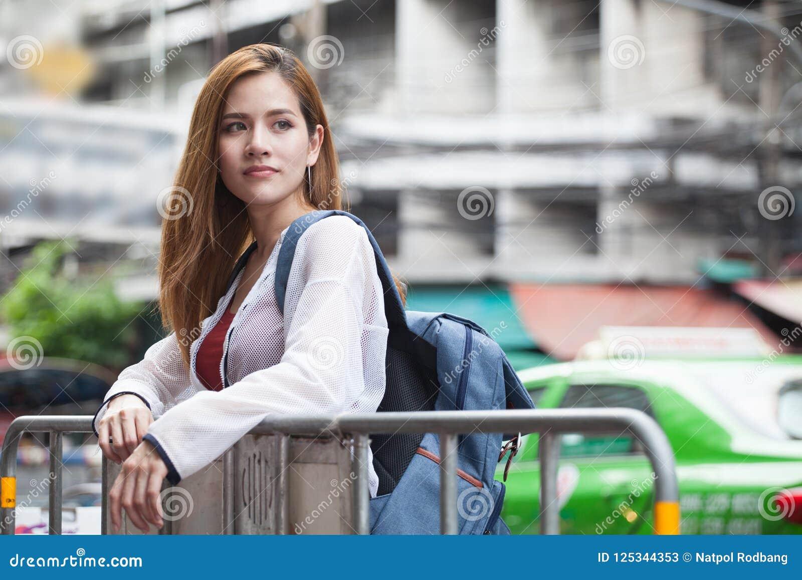 Portret van de gelukkige mooie Jonge Aziatische reiziger s van de vrouwentoerist