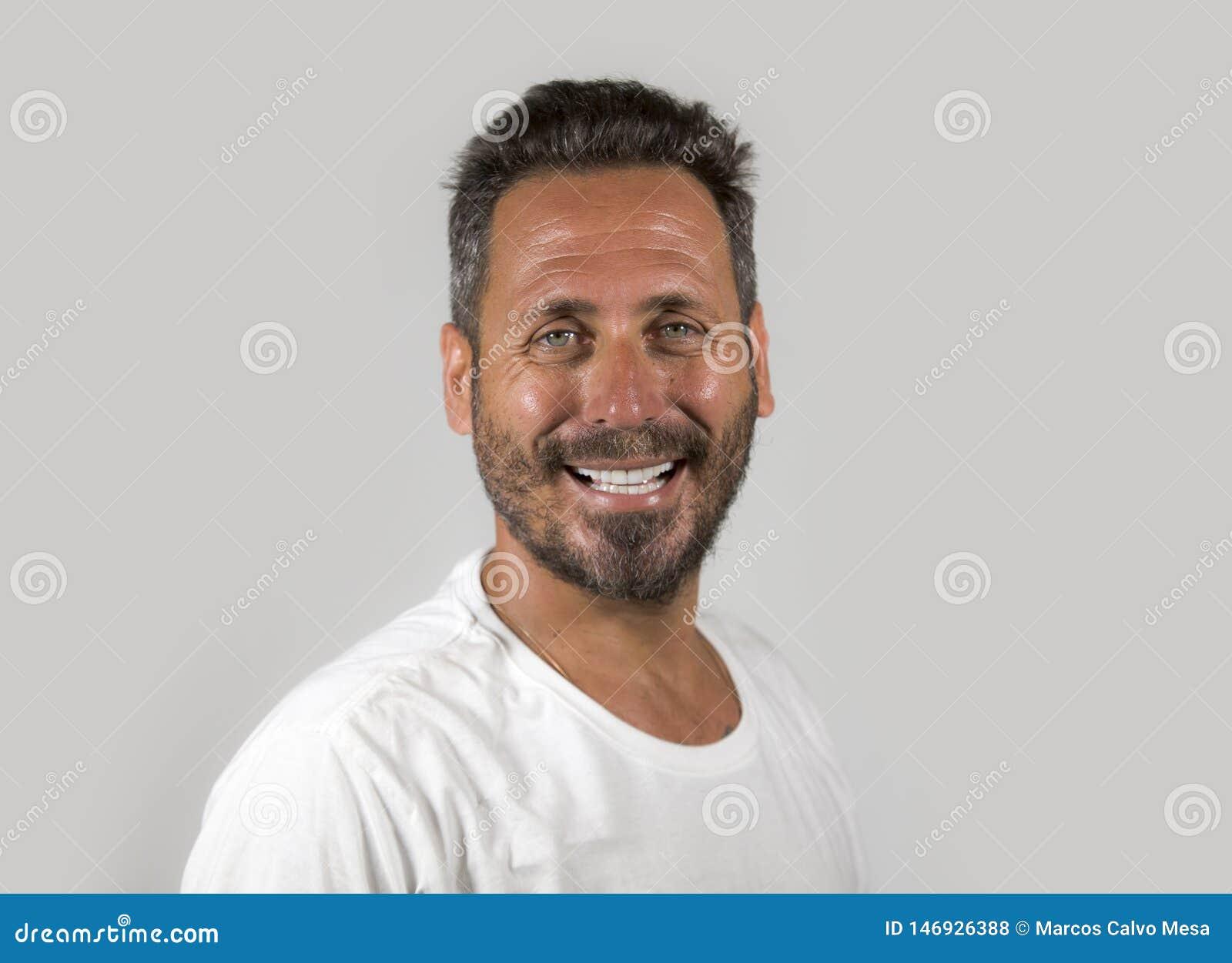 Portret van de jonge gelukkige en aantrekkelijke mens met blauwe ogen en baard die koele het glimlachen gelukkige en zekere drage