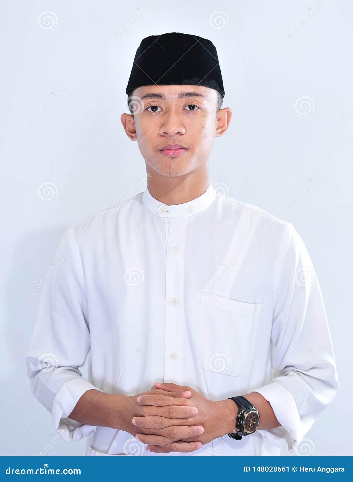 Portret van de jonge knappe Aziatische moslimmens