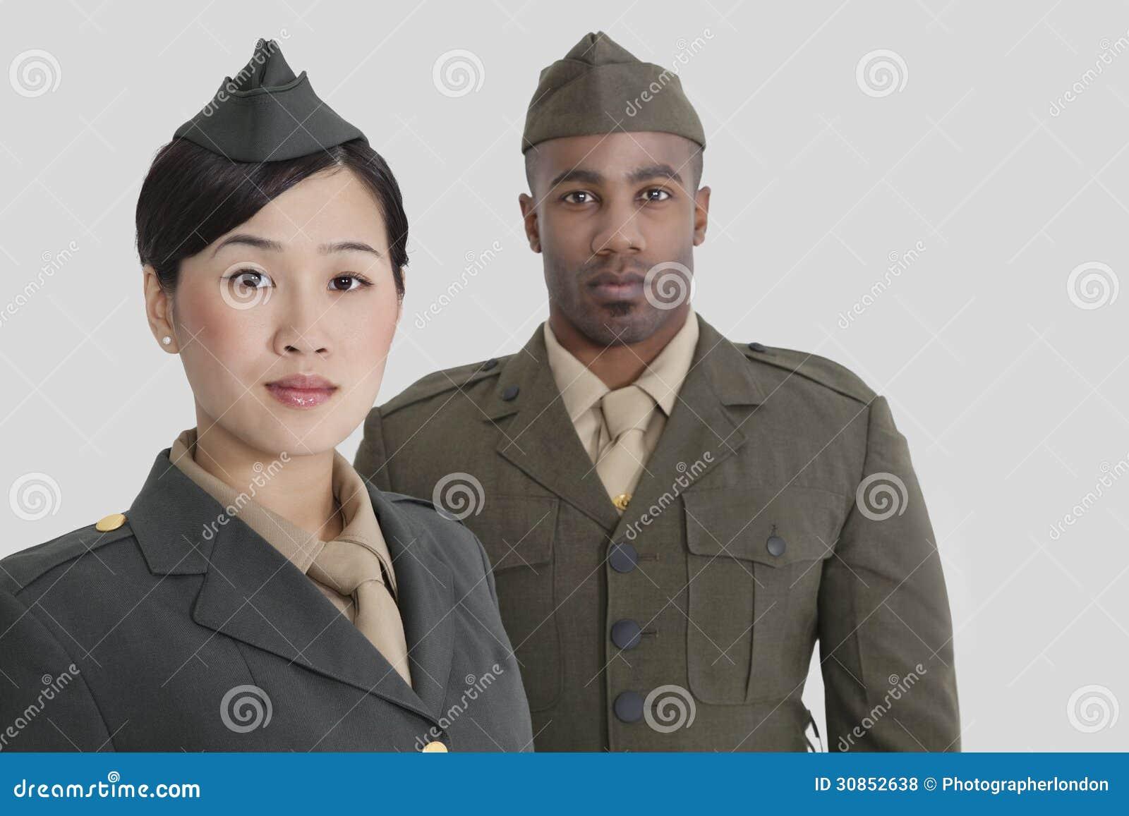Portret van de jonge militaire ambtenaren van de V.S. in eenvormig over grijze achtergrond