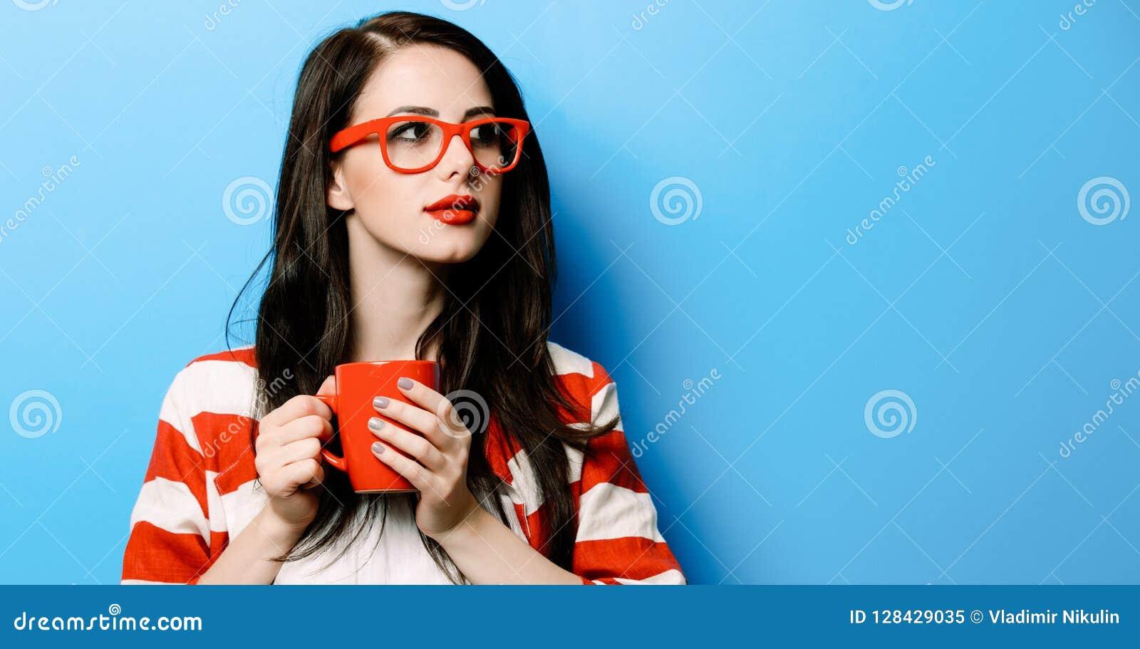 Portret van de jonge vrouw met kop van koffie