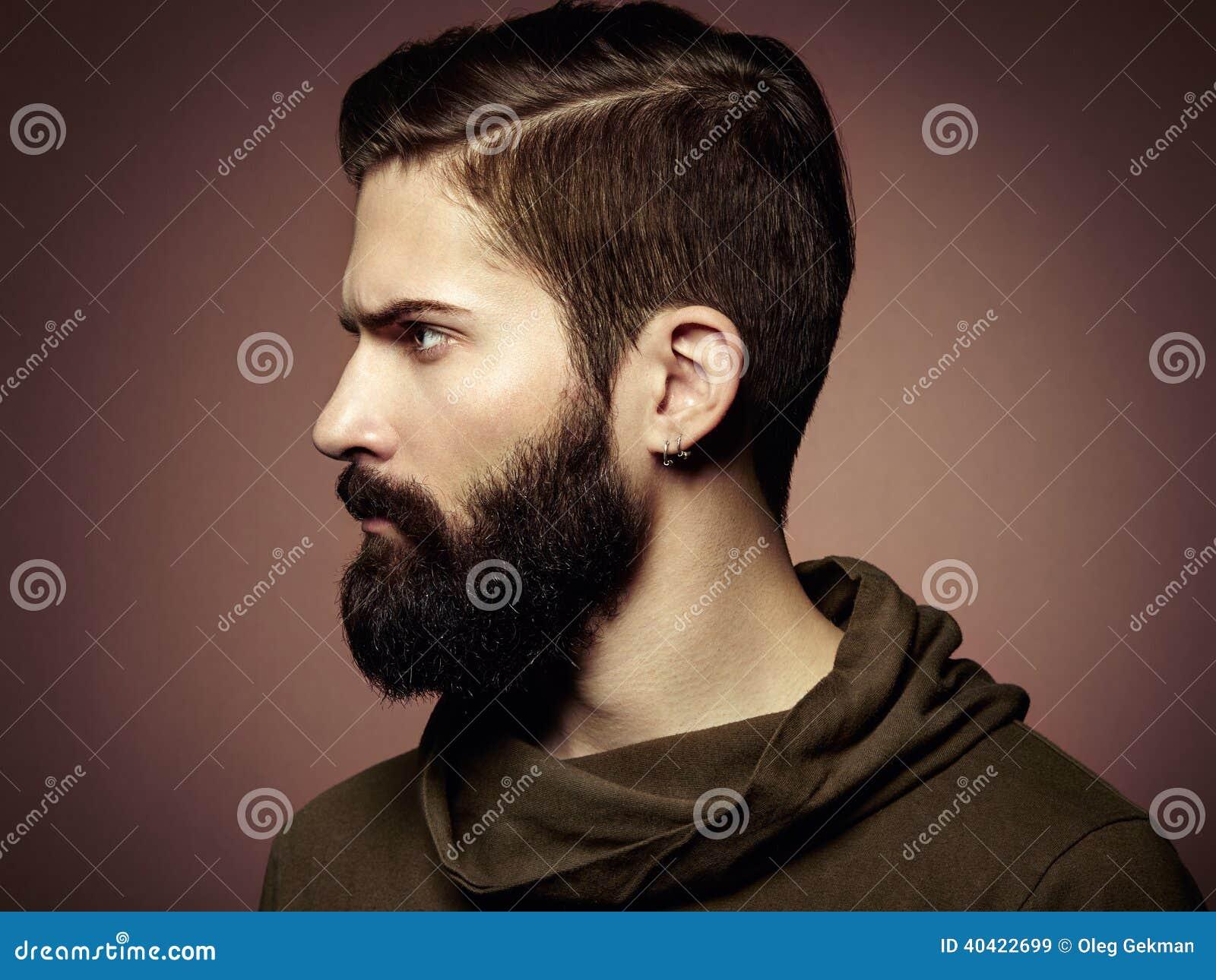 Portret van de knappe mens met baard