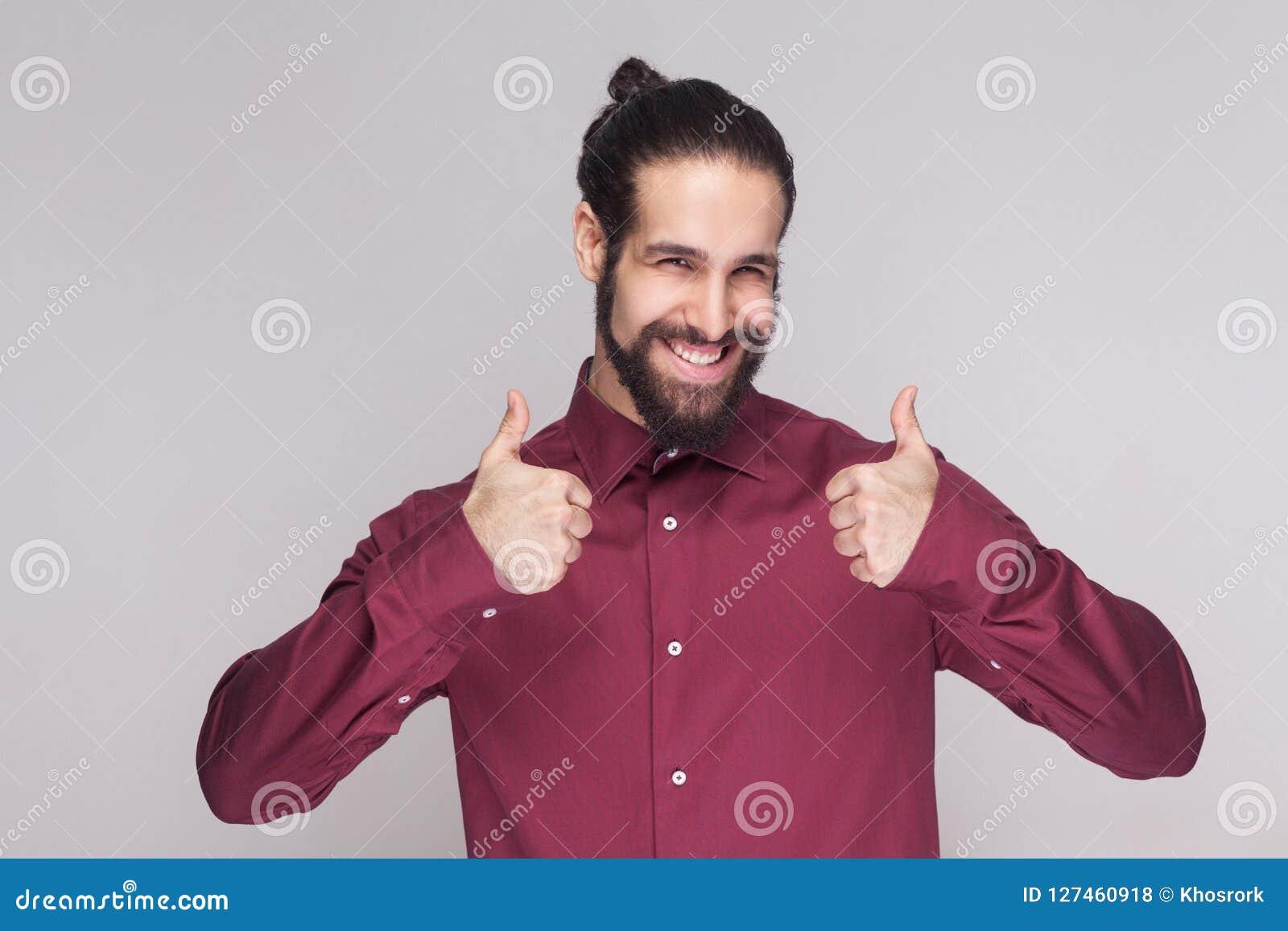 Portret van de knappe mens met donkere verzamelde lange haar en baard