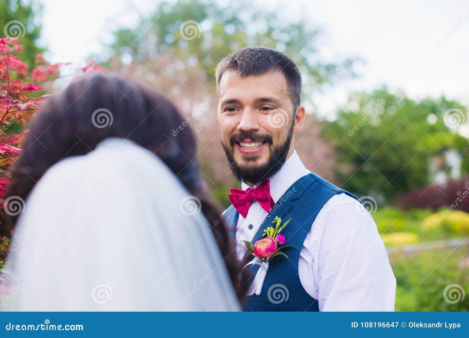 Portret van de knappe modieuze enkel gehuwde mens