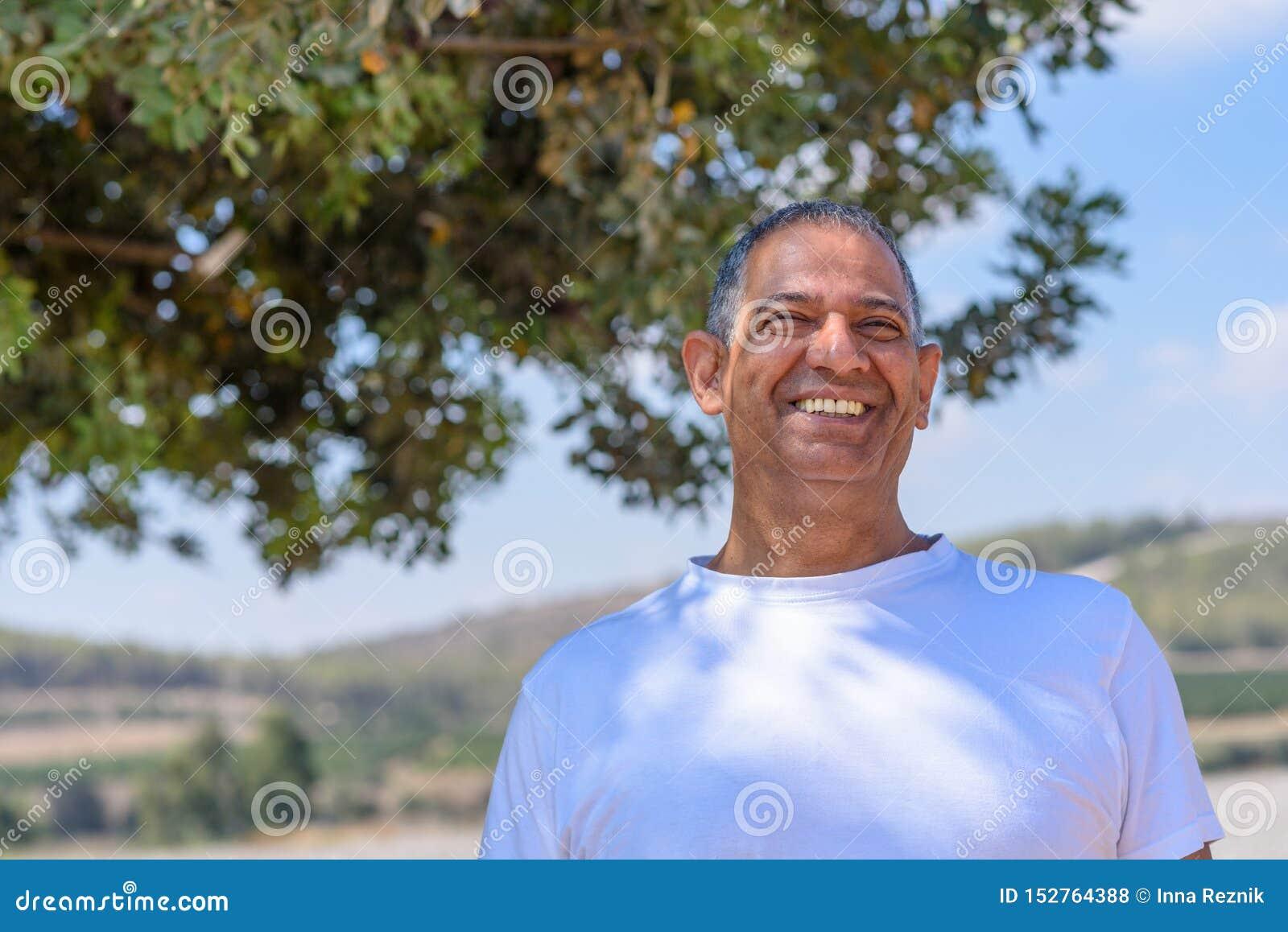 Portret van de Knappe Oude Actieve Hogere Mens in openlucht Rijp mannetje met vriendelijke ogen en mooie glimlach