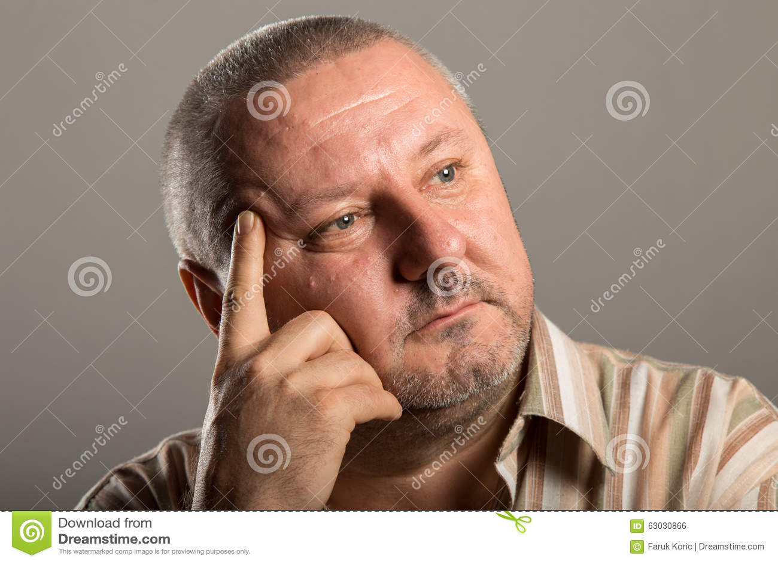 Portret van de mens met baard het denken