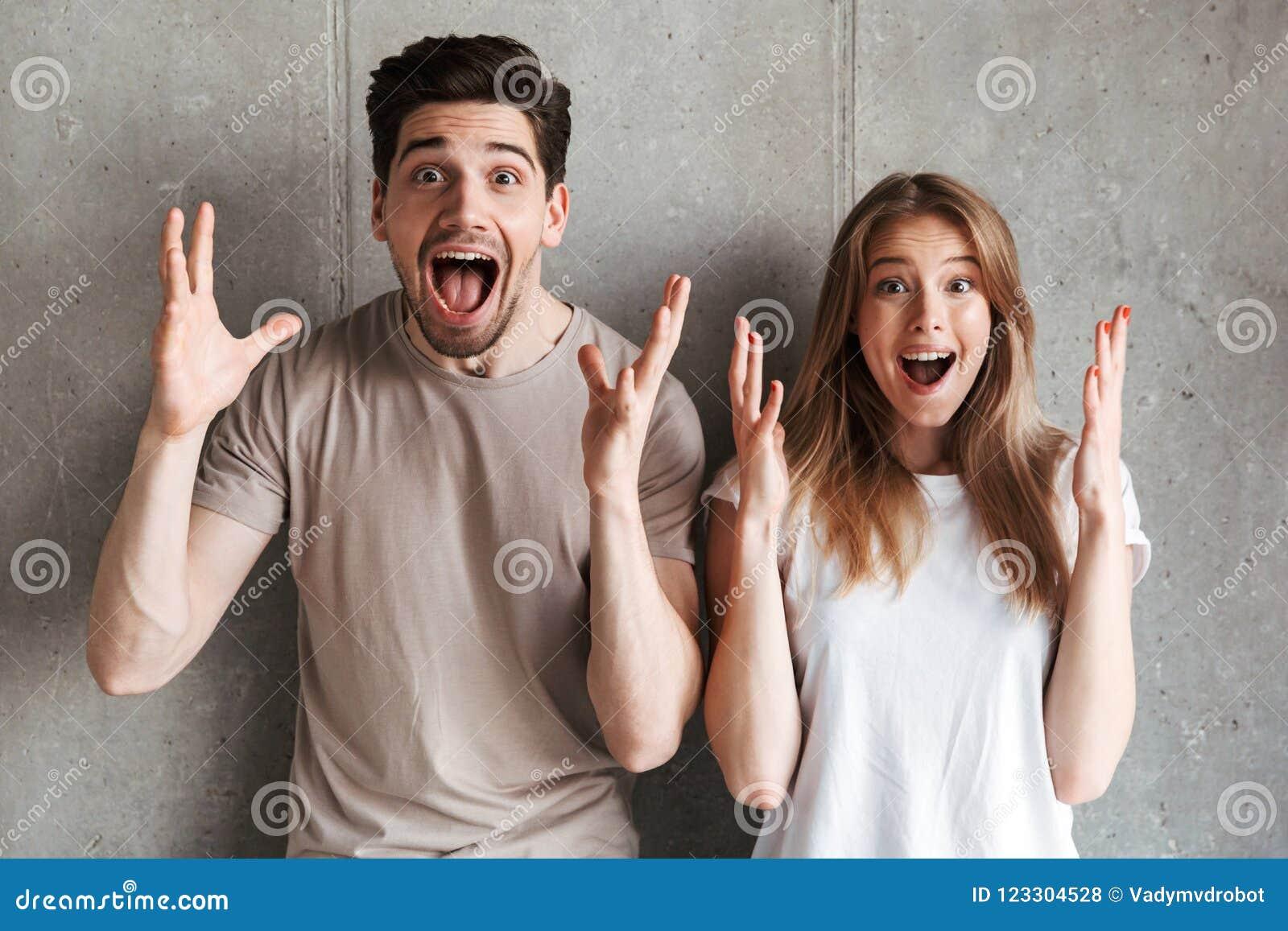 Portret van de opgewekte mensenmens en vrouw in basiskledingsschreeuw