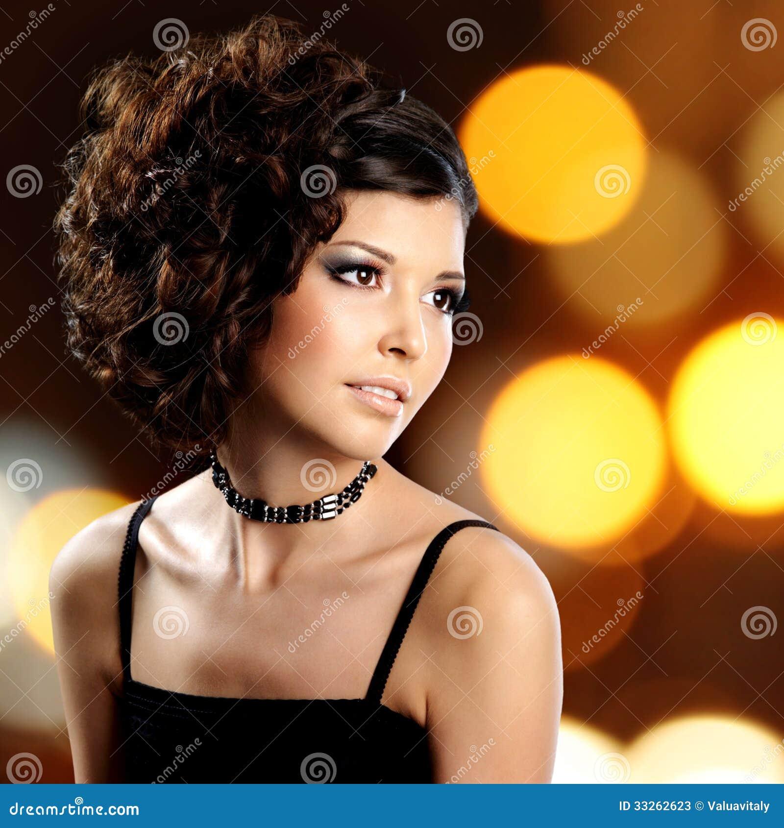 Portret van donkerbruine vrouw met manierkapsel