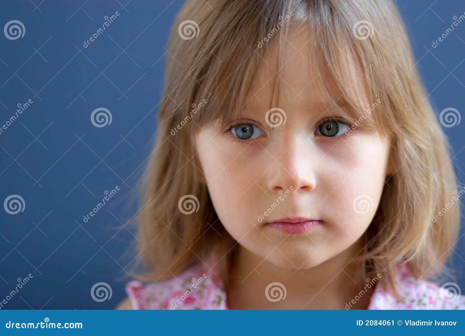Portret van droevig meisje