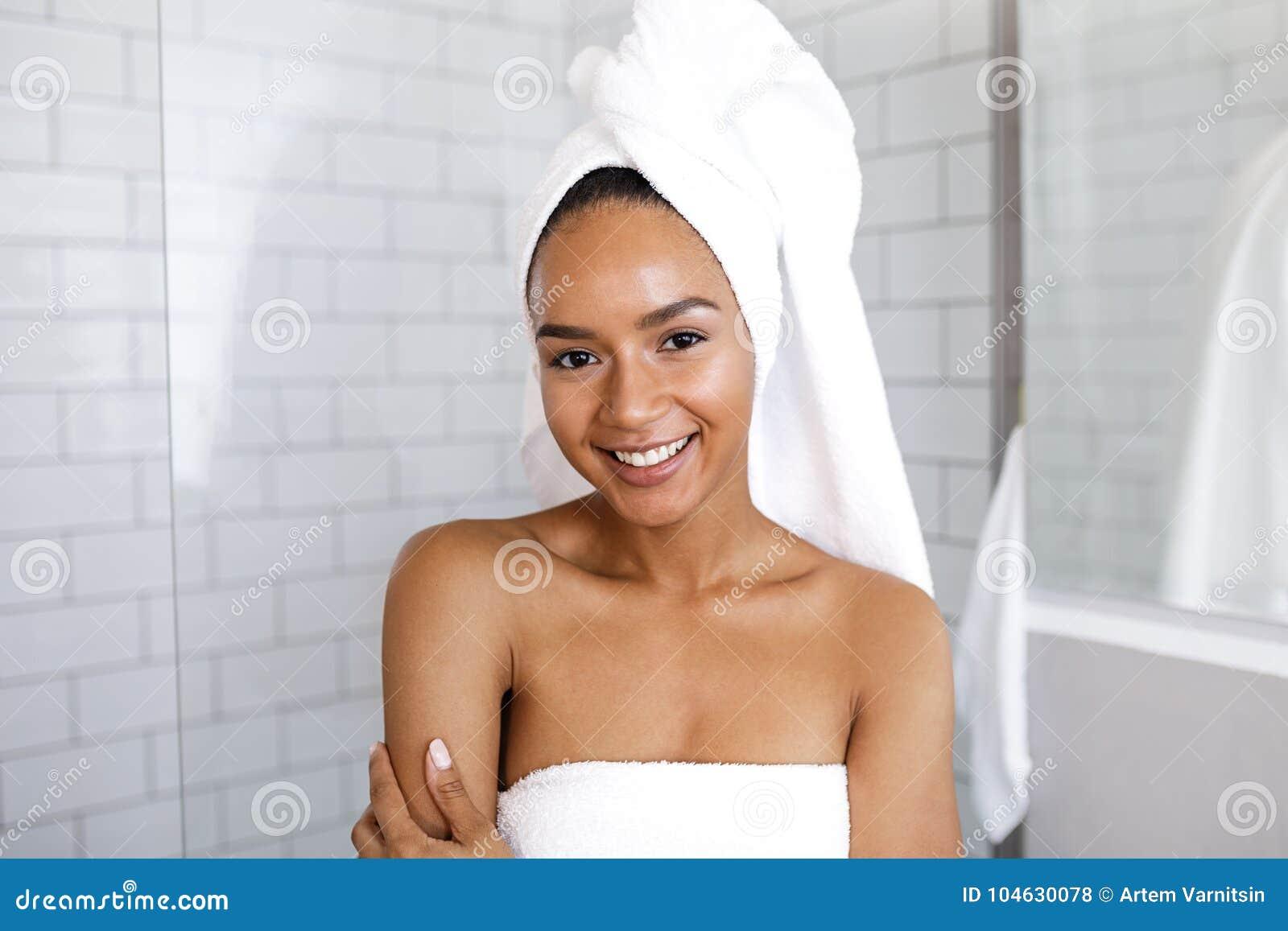 Download Portret Van Een Aantrekkelijke Jonge Vrouw In Haar Badkamers Stock Foto - Afbeelding bestaande uit looking, haar: 104630078