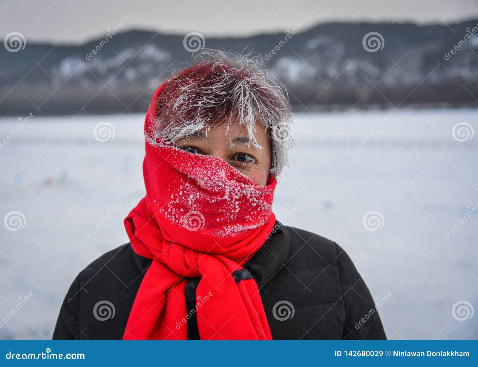 Portret van een Aziatische vrouw in de winter