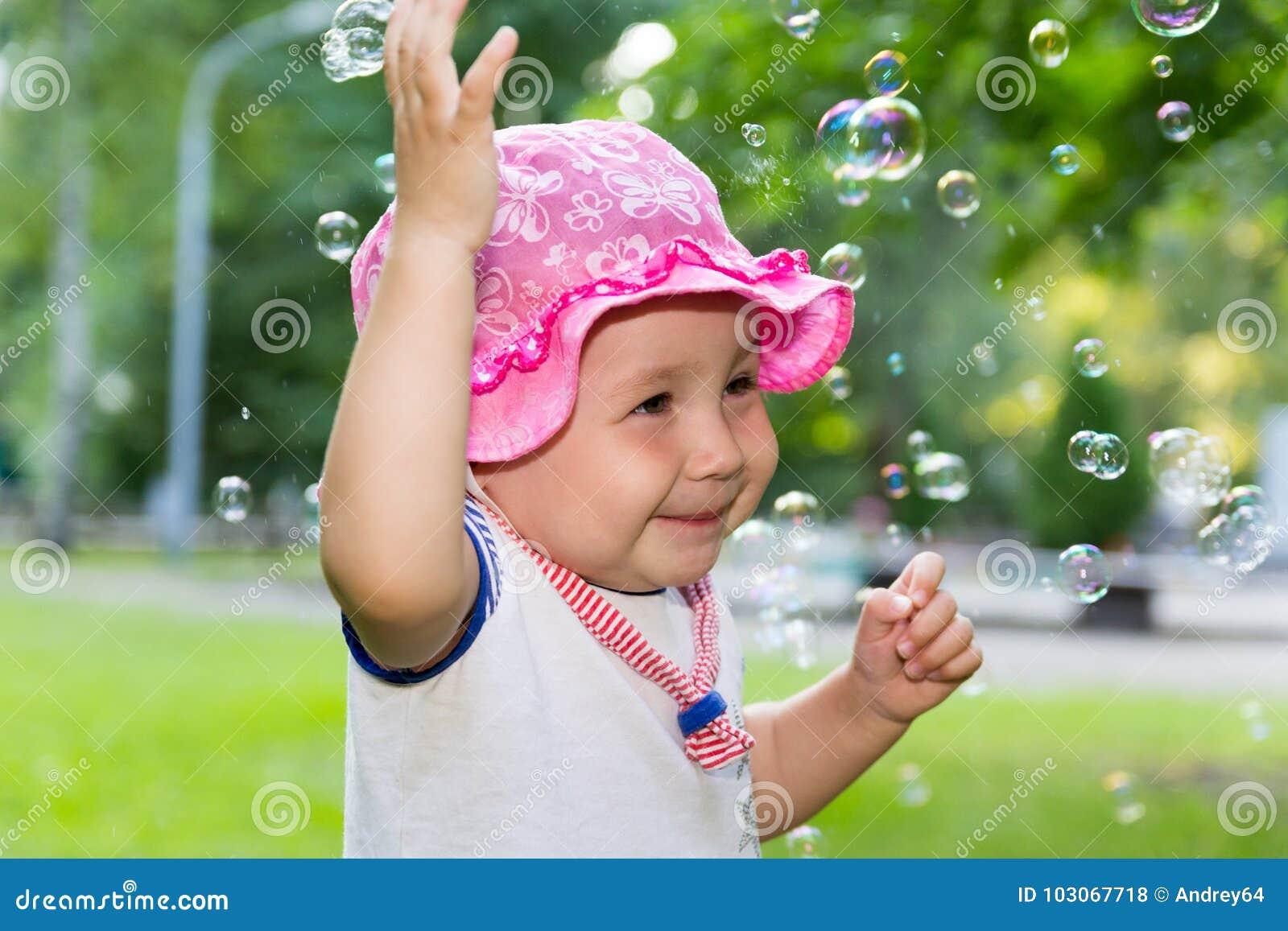 Portret van een baby en zeepbels