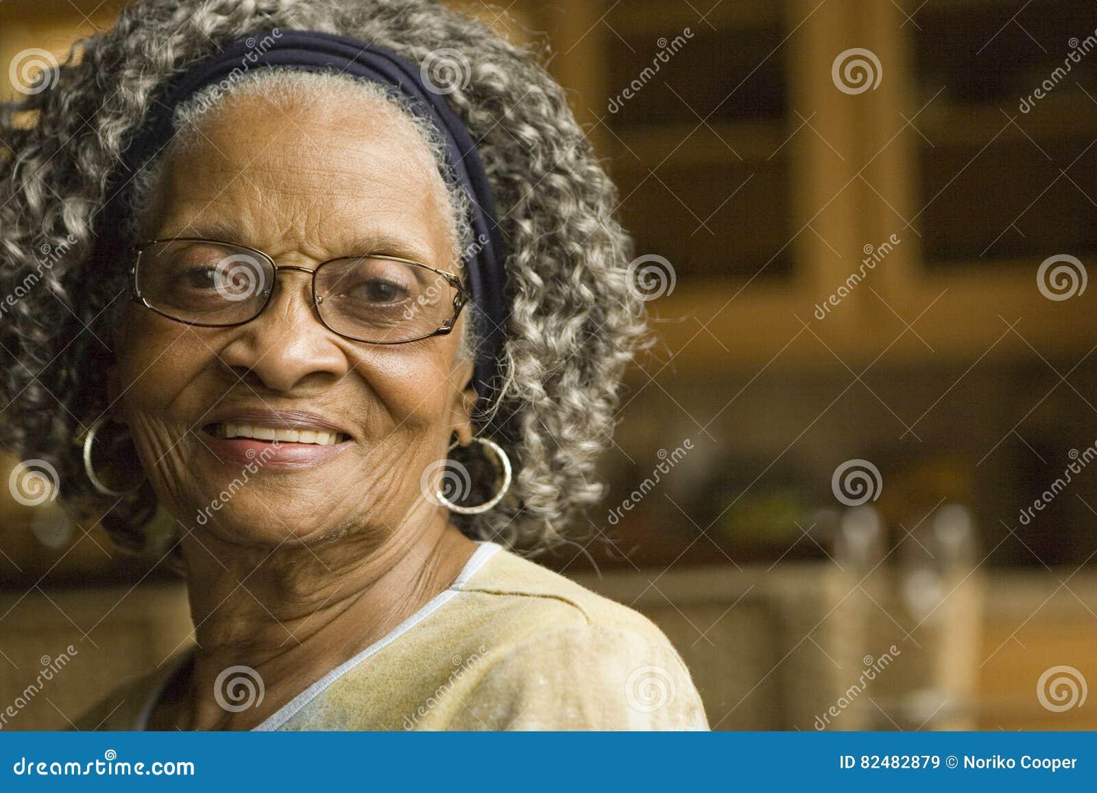 Portret van een bejaarde Afrikaanse Amerikaanse vrouw thuis