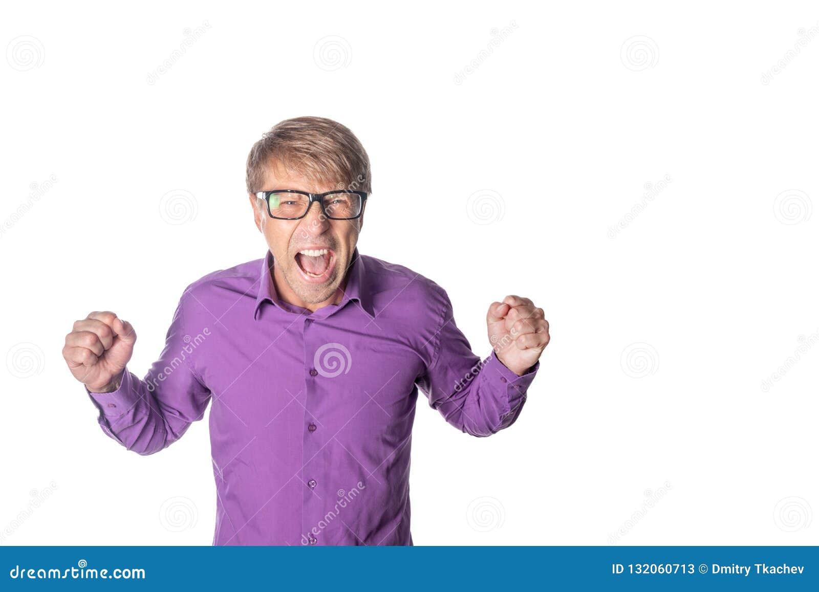 Portret van een boze mens met glazen die bij camera staren, en over witte achtergrond schreeuwen