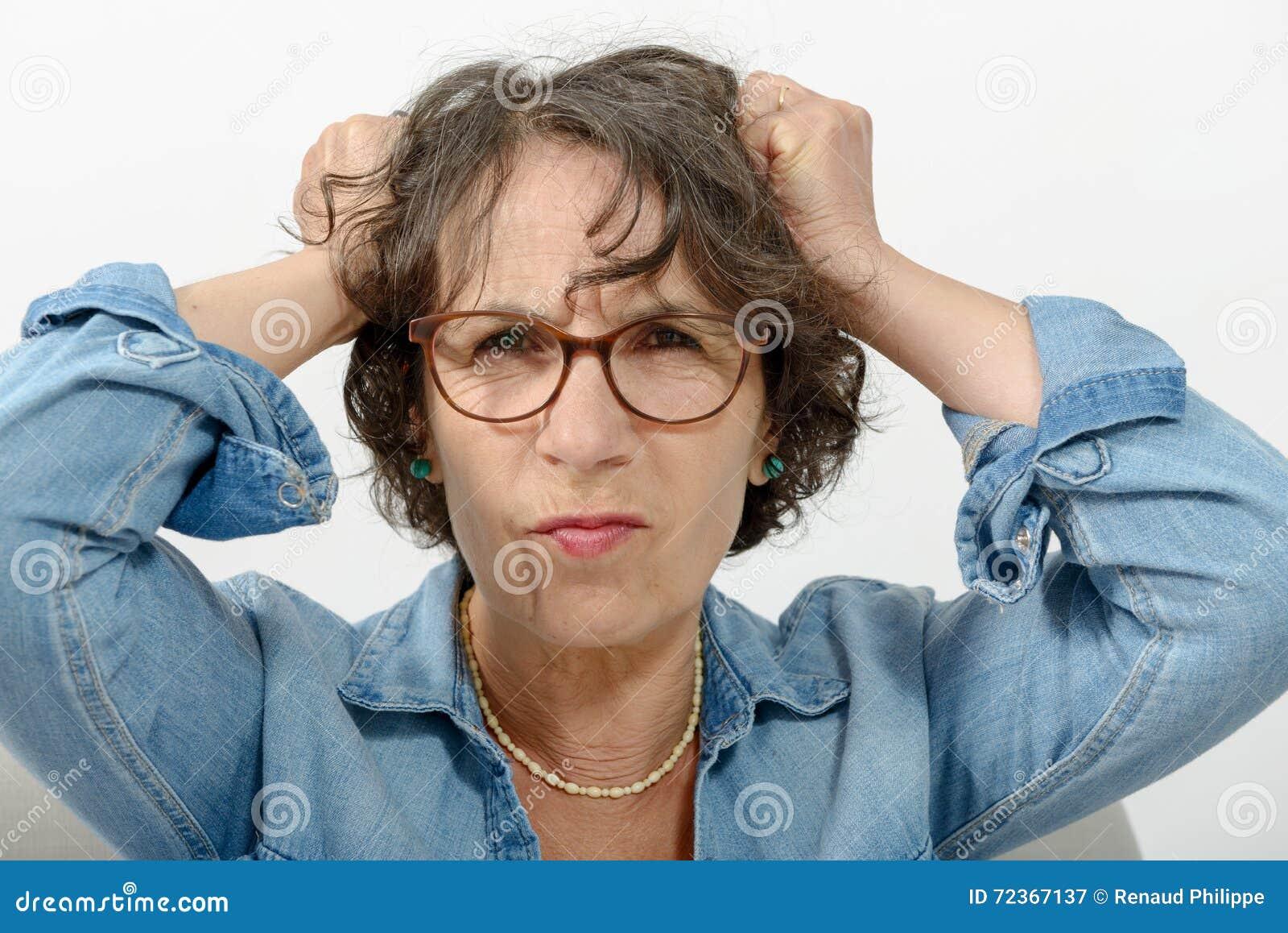 Portret van een boze vrouw op middelbare leeftijd
