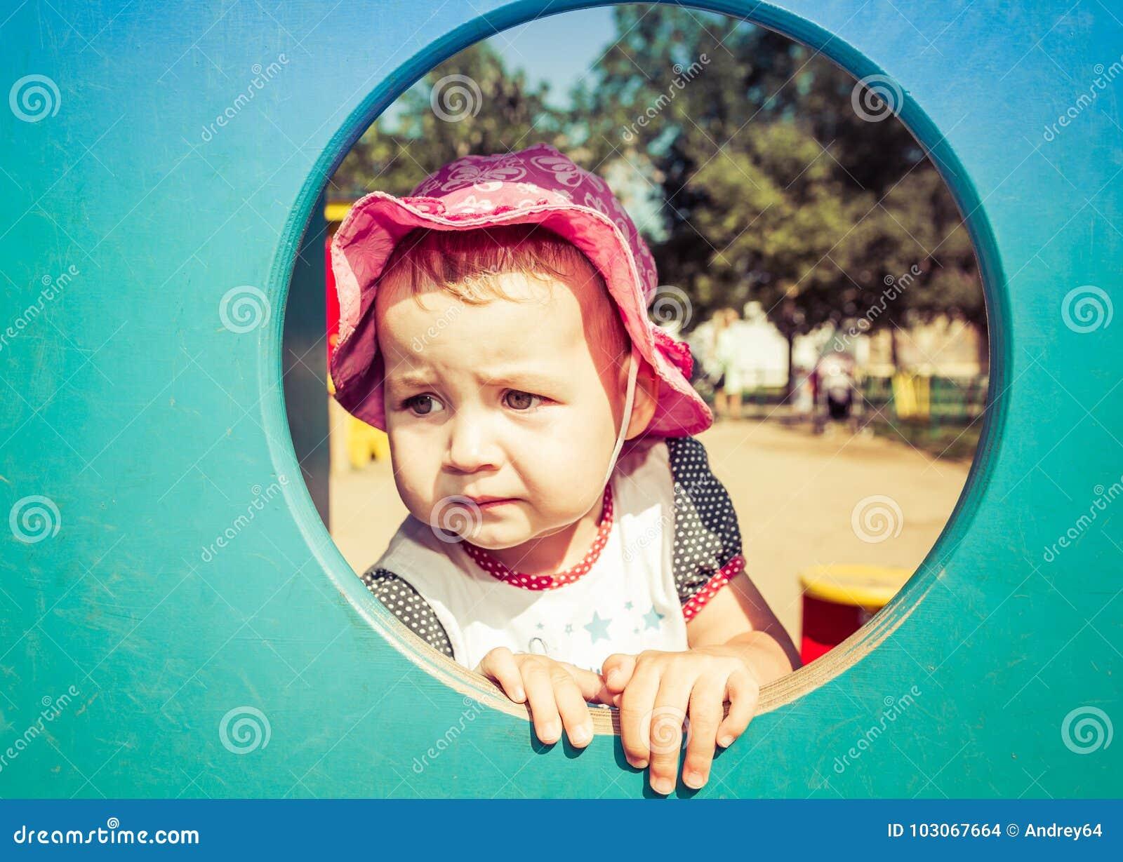 Portret van een droevige kleine baby