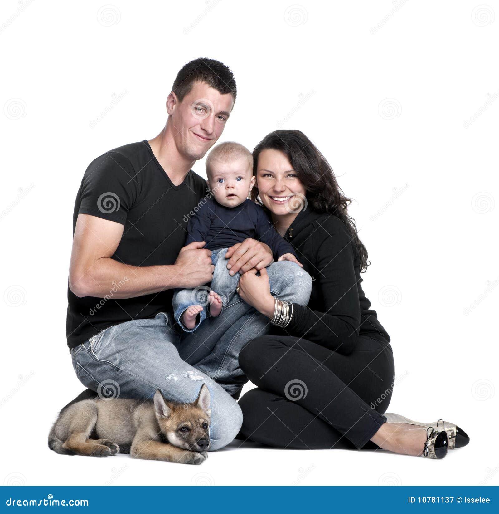 Portret van een familie met een wolfswelp