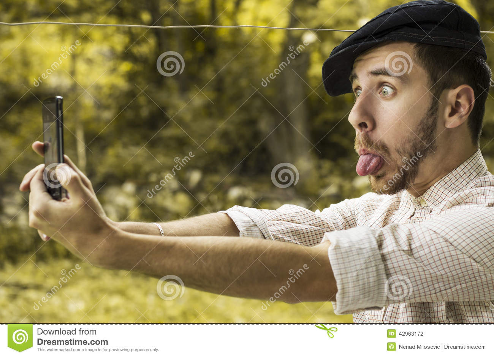 Portret van een gekke jonge mens met GLB die een selfie nemen