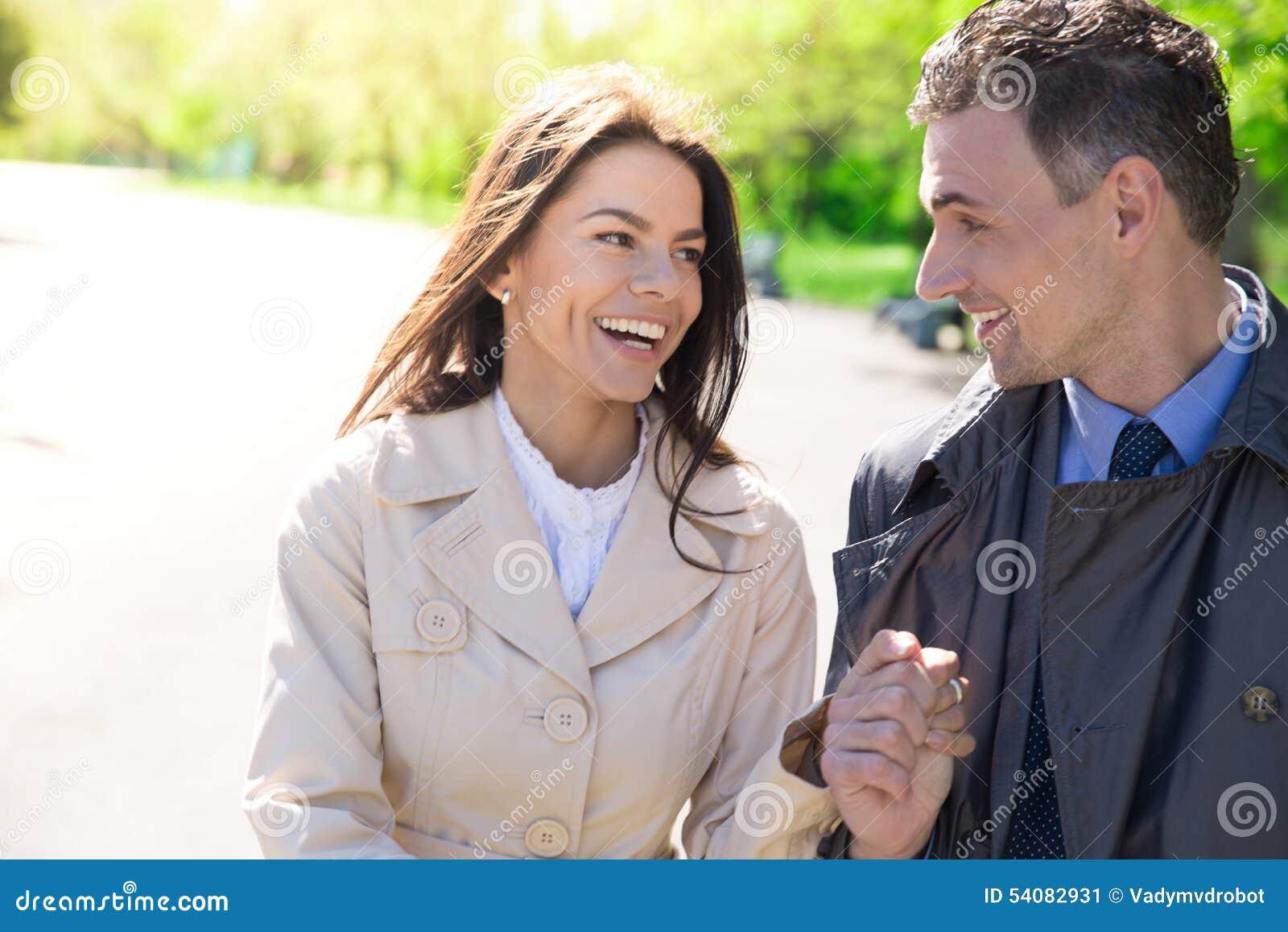 Portret van een gelukkig paar in openlucht