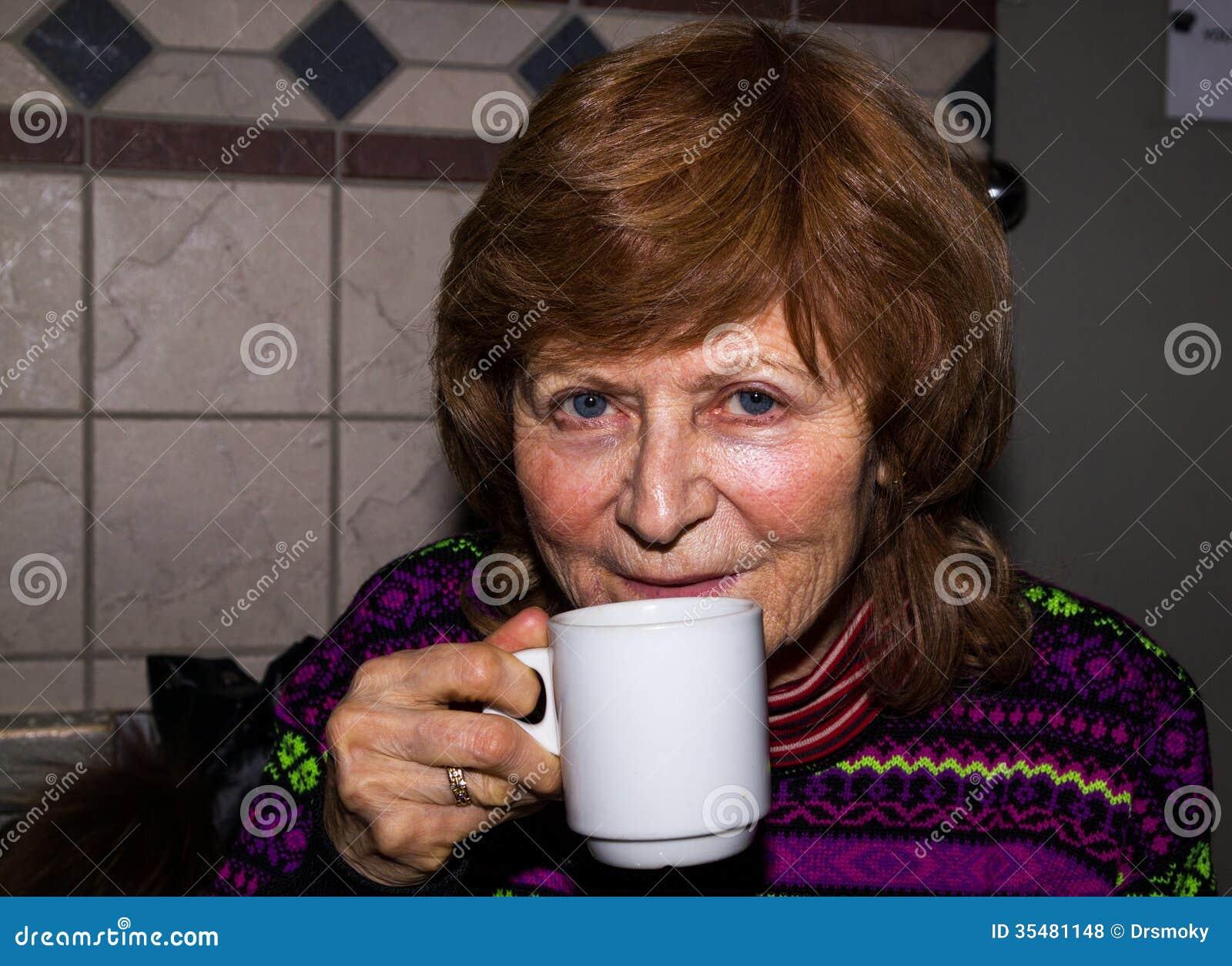 Portret van een gelukkige hogere vrouw.