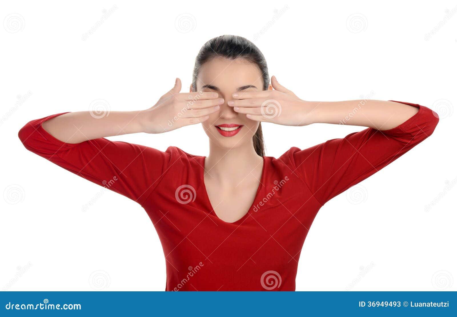 Portret van een gelukkige jonge mooie vrouw met haar handen die omhoog haar ogen behandelen.