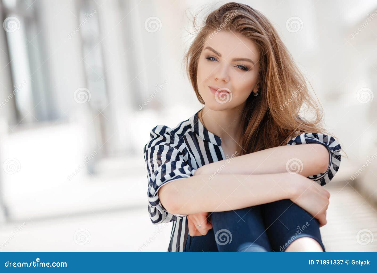 Portret van een gelukkige vrouw in de lentestad