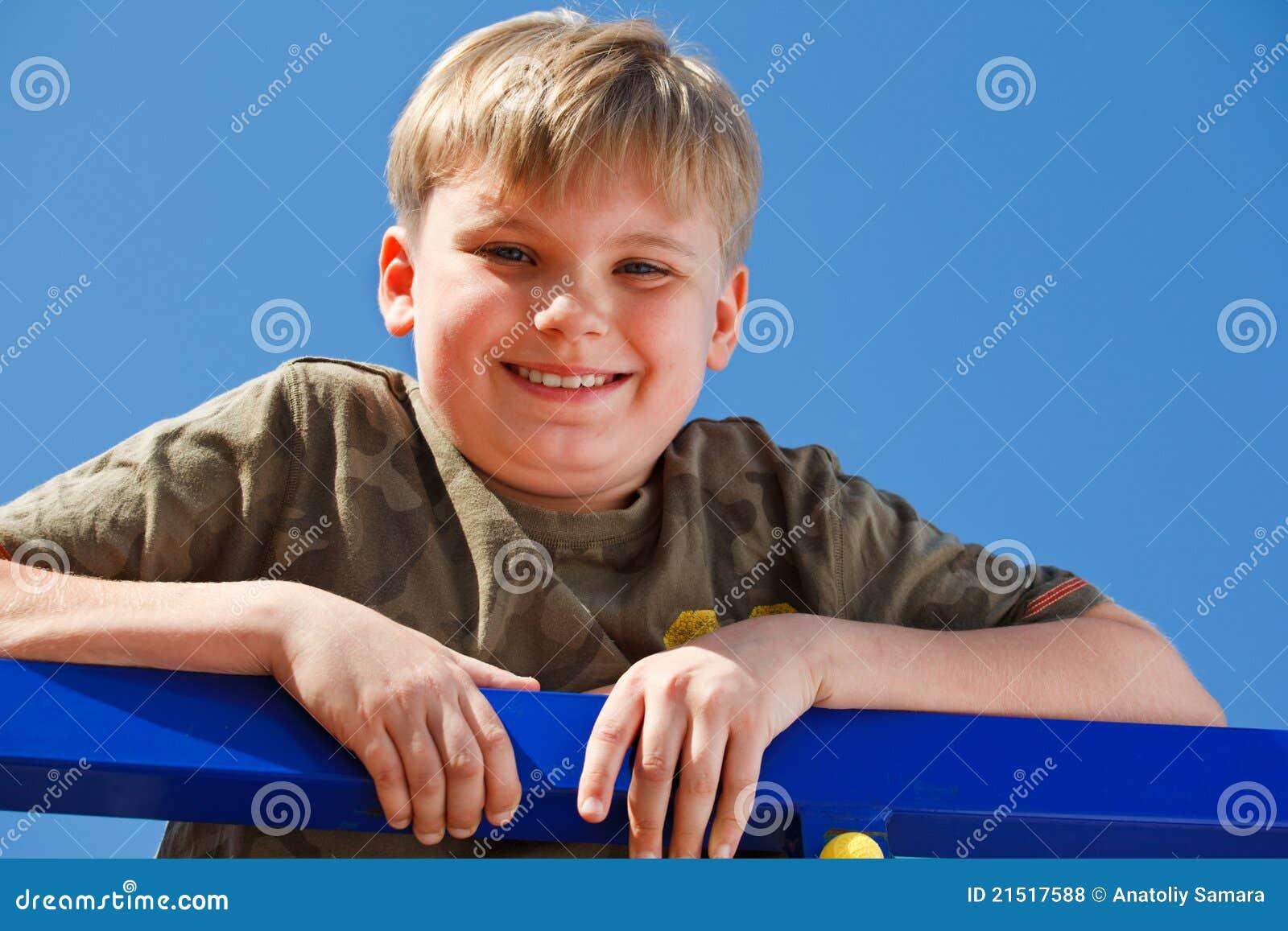 Portret van een glimlachende school verouderde jongen