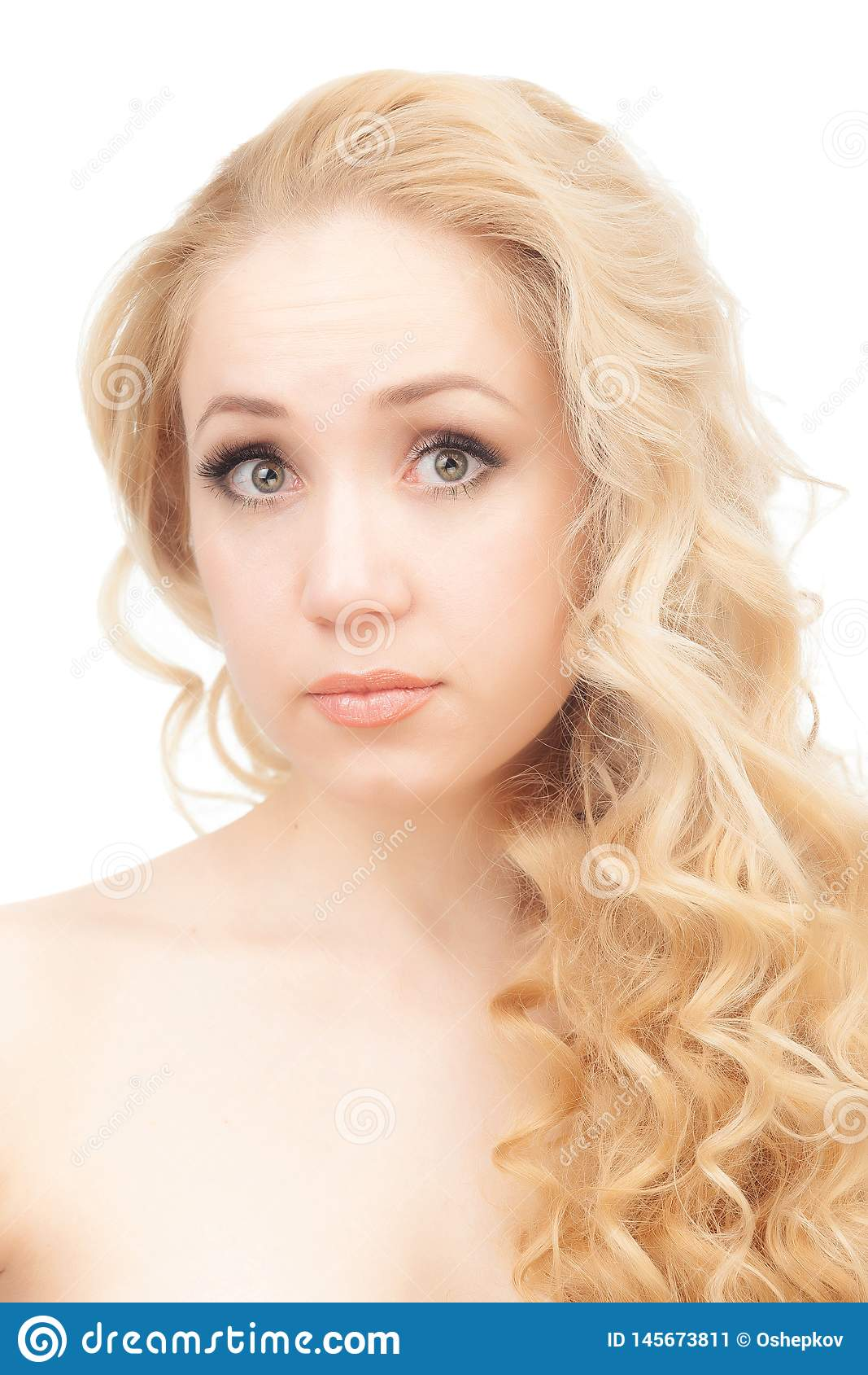 Portret Van Een Half-naked Blonde Op Een Witte Achtergrond