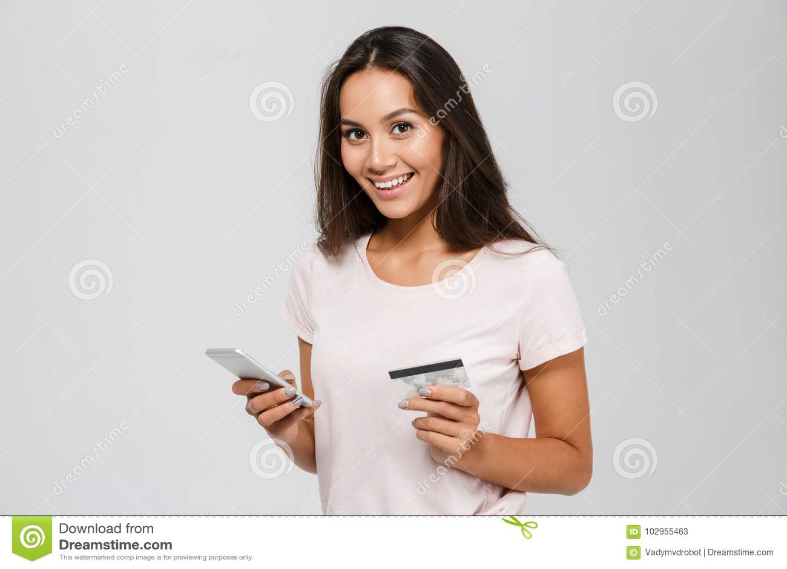 Portret van een het glimlachen gelukkige Aziatische creditcard van de vrouwenholding