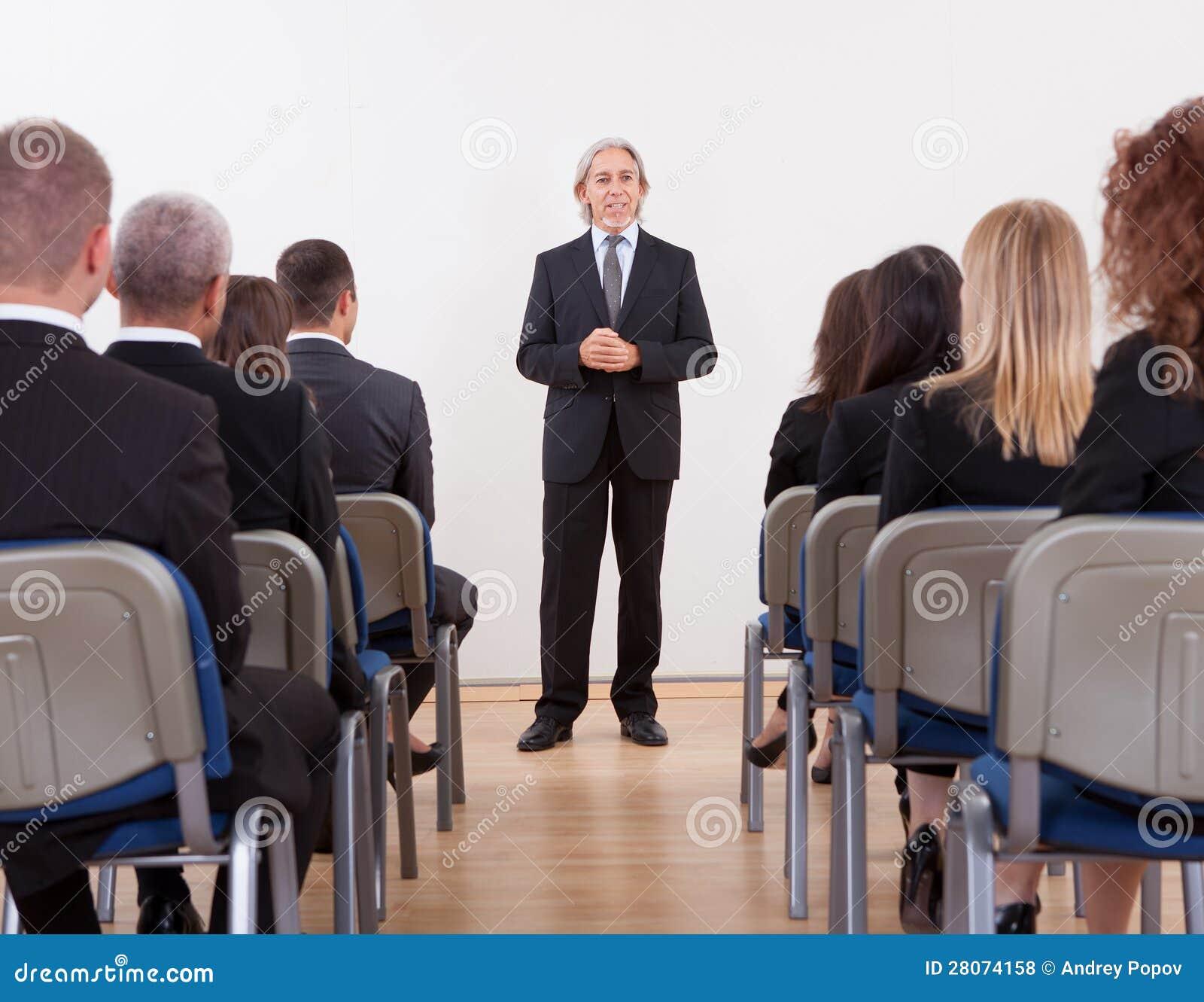 Portret van een Hogere Manager die Presentatie geven