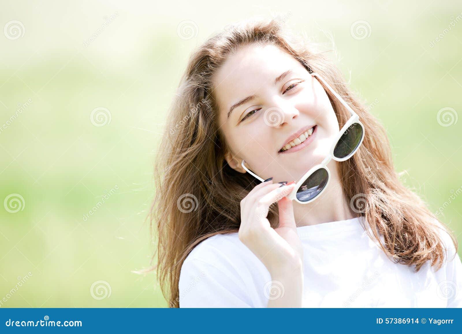 Portret van een jong meisje met glazen