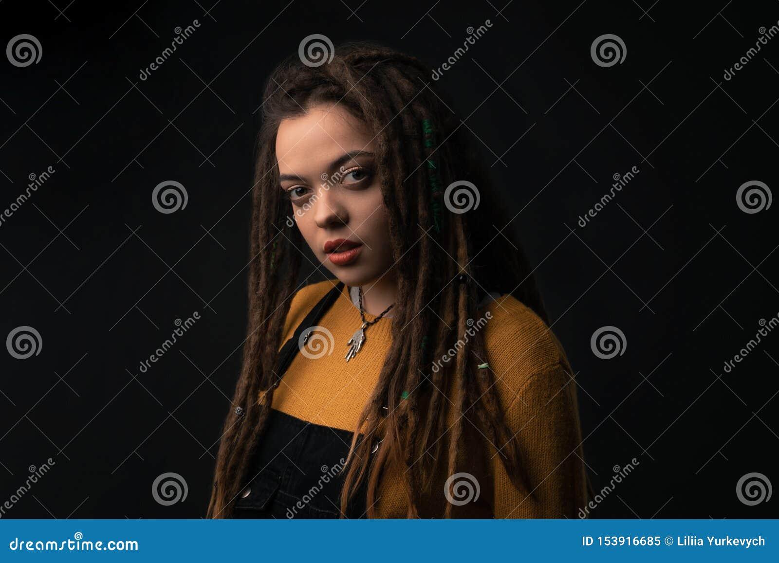 Portret van een jong meisje met ontzetting op zwarte achtergrond