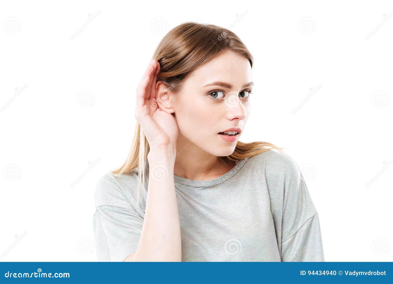 Portret van een jong nieuwsgierig meisje die geruchten proberen te horen