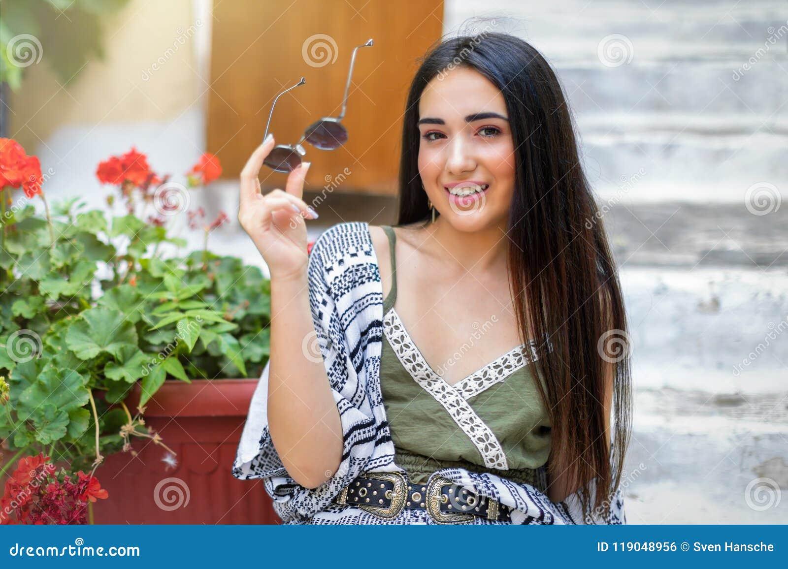 Portret van een jonge, aantrekkelijke Boheemse stijlvrouw