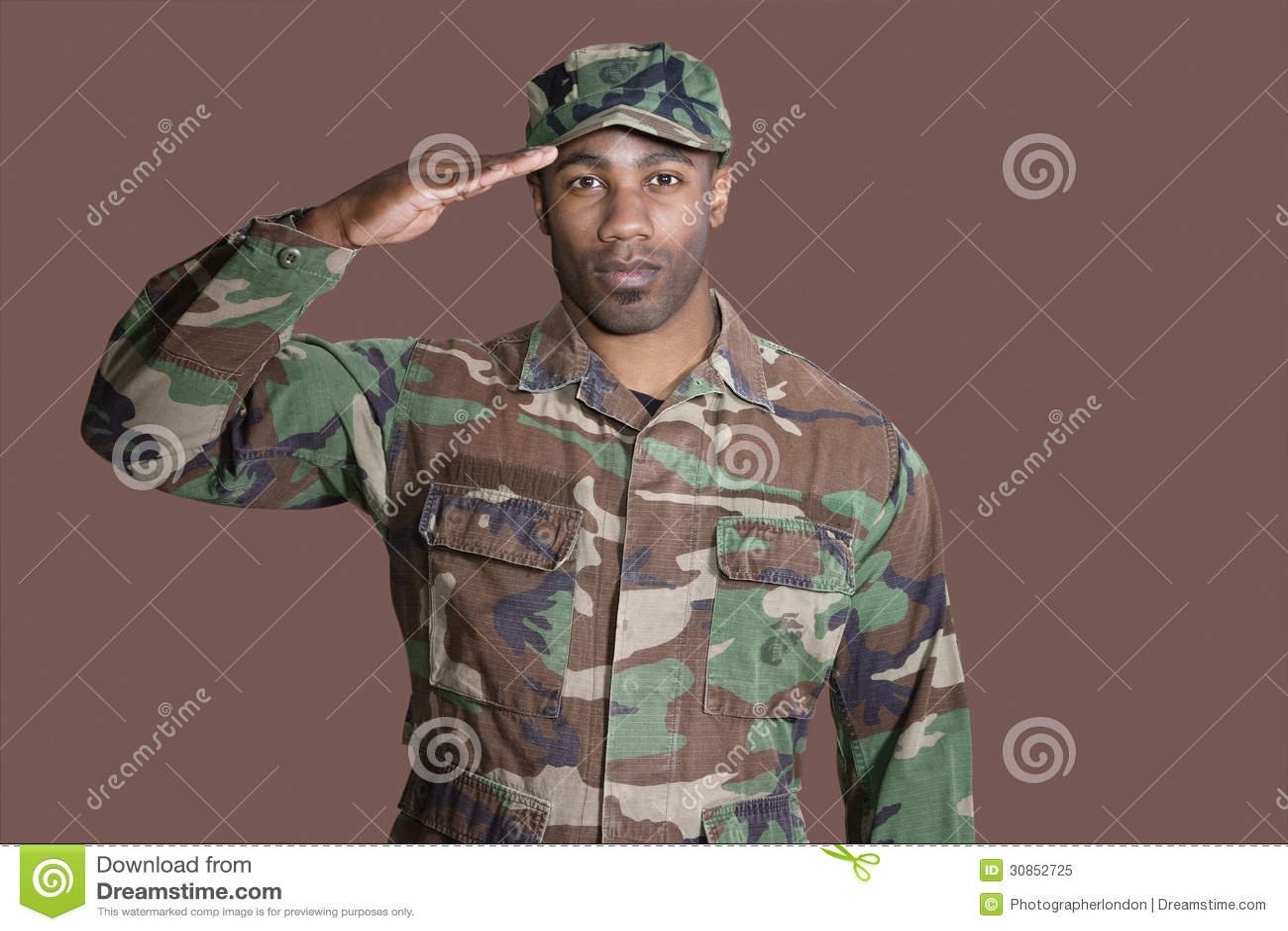 Portret van een jonge Afrikaanse Amerikaanse militair die van de V.S. Marine Corps over bruine achtergrond groeten