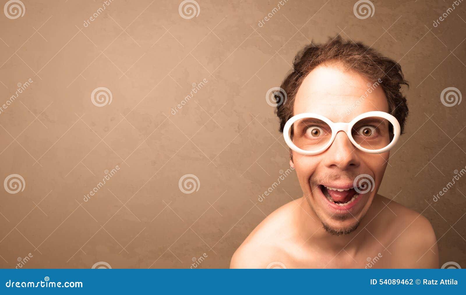 Portret van een jonge grappige mens met zonnebril en copyspace