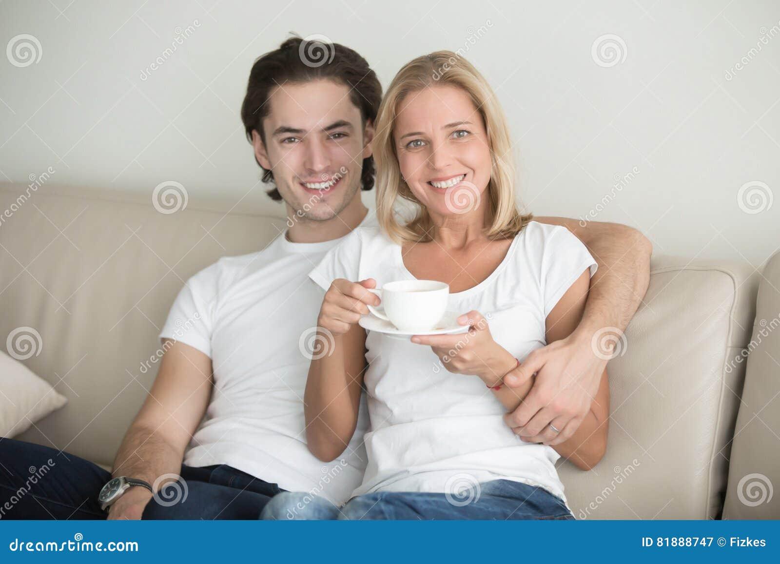 Portret van een jonge man en een vrouw op middelbare leeftijd